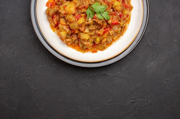 Vista dall'alto delizioso pasto di verdure affettato piatto cotto all'interno della piastra sullo sfondo grigio pasto cibo salsa zuppa cena vegetale