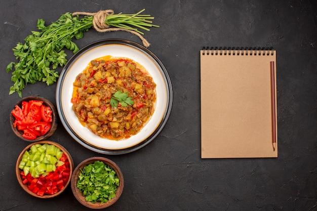 平面図おいしい野菜の食事スライスした調理済みの皿の内側の灰色の背景の食事ディナーフードソーススープ野菜