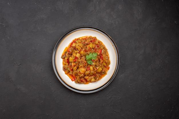 上面図灰色の背景のプレート内のおいしい野菜料理スライス調理済み料理ディナー食事フードソーススープ