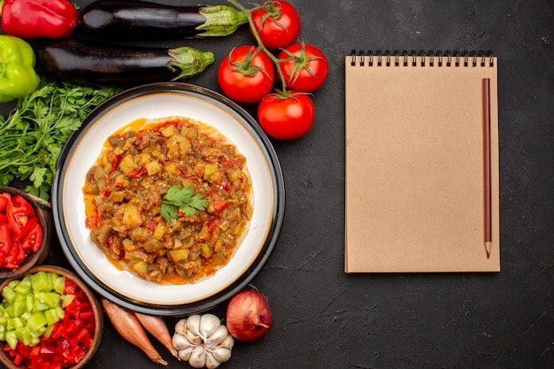 Vista dall'alto delizioso pasto di verdure affettato piatto cotto con verdure fresche su sfondo grigio pasto cena salsa zuppa cibo vegetale