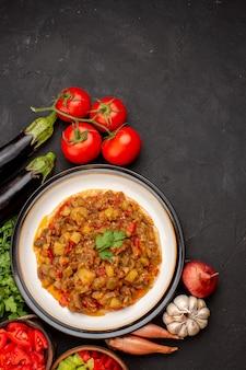 Vista dall'alto delizioso pasto di verdure affettato piatto cotto con verdure fresche su verdure di zuppa di cibo cena cena pasto superficie grigia