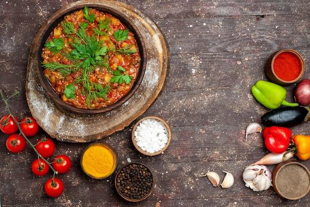 Вид сверху вкусной овощной еды, нарезанной, приготовленной со свежими овощами и приправами на темном фоне, ужин, еда, соус, суп