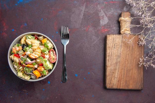 Вид сверху вкусный овощной салат, состоящий из помидоров, оливок и перца на темном фоне, здоровый салат, еда, диета