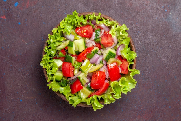 Vista dall'alto deliziosa insalata di verdure cibo a fette con ingredienti freschi su sfondo scuro pasto di insalata spuntino pranzo colore alimentare