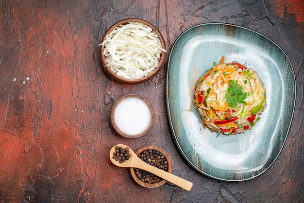 Вид сверху вкусный овощной салат с капустой на темном фоне цвет спелых здорового образа жизни фото еда еда