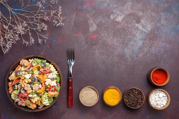어두운 배경 건강 다이어트 샐러드 야채 점심에 다른 조미료와 상위 뷰 맛있는 야채 샐러드