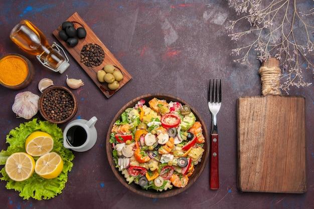 어두운 배경 건강 샐러드 다이어트 식사 간식에 신선한 레몬 조각과 상위 뷰 맛있는 야채 샐러드