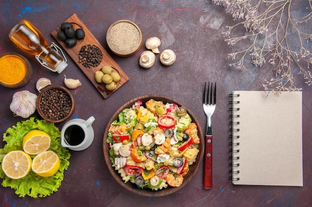 トップビュー暗い背景に新鮮なレモンスライスとおいしい野菜サラダ健康サラダダイエット食事スナック