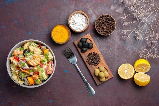 어두운 배경 건강 샐러드 식사 다이어트에 조미료와 레몬 슬라이스 상위 뷰 맛있는 야채 샐러드