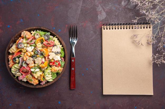 어두운 배경 건강 다이어트 샐러드 야채 점심 간식에 토마토 올리브와 버섯 상위 뷰 맛있는 야채 샐러드