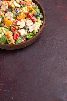 暗い背景にトマトオリーブとキノコのトップビューおいしい野菜サラダ健康サラダスナック野菜ランチ