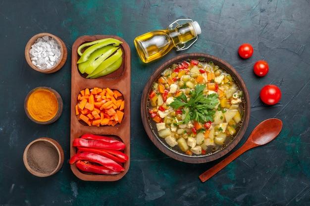 トップビューダークデスクでさまざまな材料と調味料を使ったおいしい野菜スープスープ野菜ソース食品温かい食べ物食事