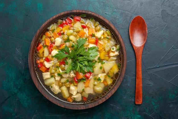 暗い机の上の茶色のプレートの中にさまざまな成分を含むおいしい野菜スープの上面図スープ野菜ソース食事食品温かい食べ物