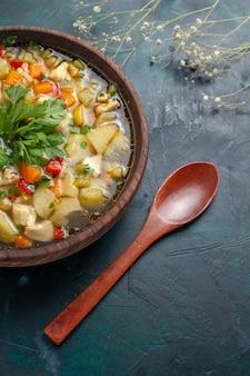 Вид сверху вкусного овощного супа с разными ингредиентами внутри коричневой тарелки на темном столе суп овощной соус еда блюдо горячее