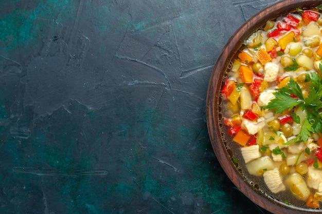 トップビューダークデスクの茶色の鍋にさまざまな材料を使ったおいしい野菜スープスープ野菜ソース食事食品温かい食べ物