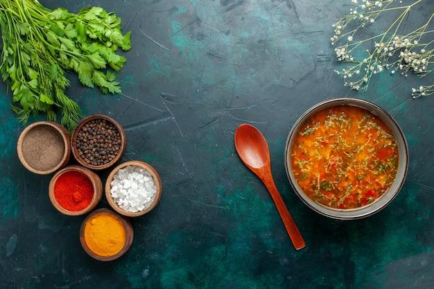 濃い緑色のデスクフードミール野菜スープの材料製品にさまざまな調味料を加えたおいしい野菜スープの上面図