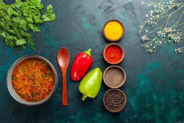 진한 녹색 표면 음식 식사 야채 재료 수프 제품에 다른 조미료와 상위 뷰 맛있는 야채 수프