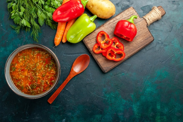濃い緑色の表面にさまざまな調味料を使ったおいしい野菜スープの上面図食品野菜スープの材料製品