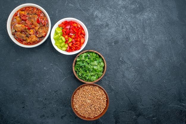 Vista dall'alto deliziosa zuppa di verdure con verdure su spazio grigio