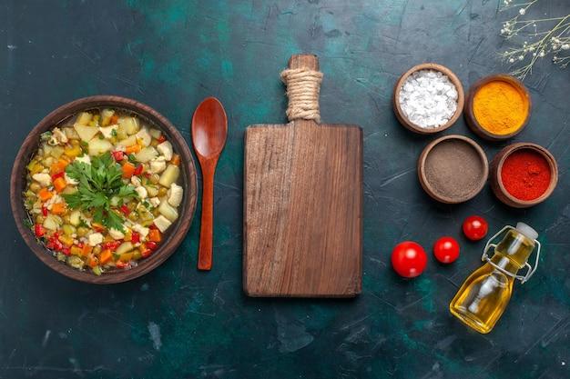 トップビューダークデスクの材料野菜スープサラダオイルにオイルとさまざまな調味料を入れたおいしい野菜スープ