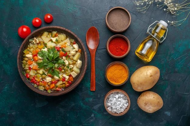 トップビューオリーブオイルと暗い背景の食材にさまざまな調味料を使ったおいしい野菜スープ野菜スープサラダオイル