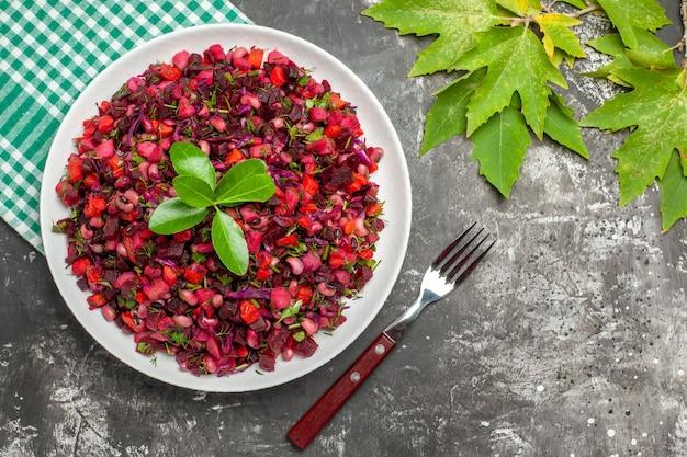 Vista dall'alto deliziosa insalata di barbabietole vinaigrette all'interno del piatto sulla superficie scura