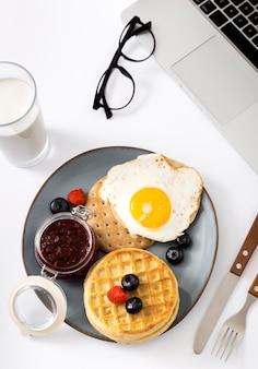 Вид сверху вкусные вафли с яйцом на тарелке