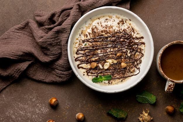 Vista dall'alto di delizioso yogurt con cioccolato