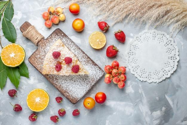 明るい背景の砂糖甘いパイケーキビスケットにフルーツとおいしいおいしいパイスライスの上面図