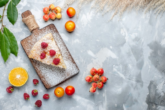 上面図白い机の上の果物とおいしいおいしいパイスライスシュガーケーキビスケット