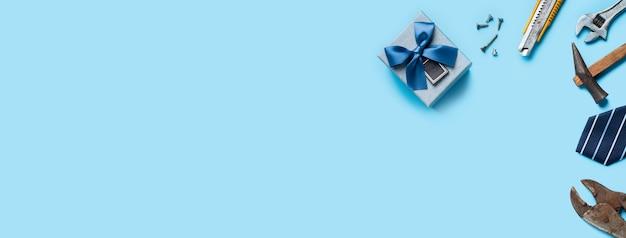 青い背景に作業ツールと父の日と労働日の平面図デザインコンセプト。