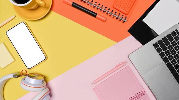 Рабочее пространство дизайнера вид сверху с ноутбуком, смартфоном и ноутбуком.