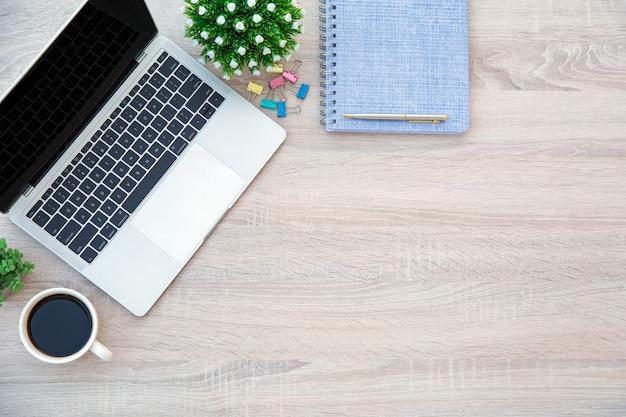 상위 뷰 책상과 노트북.