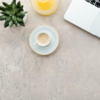 Вид сверху на рабочий стол кофе и ноутбука