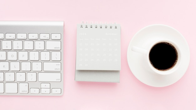 Concetto di scrivania vista dall'alto con il caffè