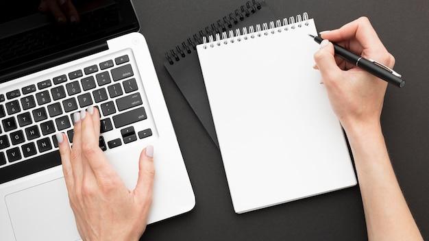 Концепция столешницы с ноутбуком