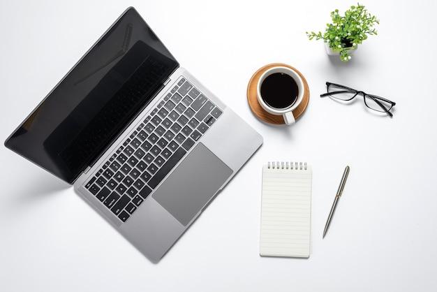 노트북 및 커피, 안경, 테이블 사무실 책상에 펜으로 상위 뷰 책상. 공간을 복사하십시오.
