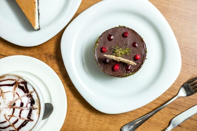 Вид сверху десертное шоколадное суфле с ягодами