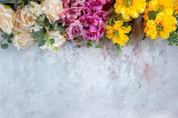 Вид сверху разные красивые цветы на белой поверхности