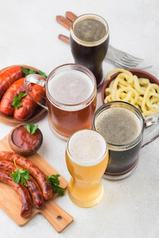 Вид сверху разные сорта пива и колбасы