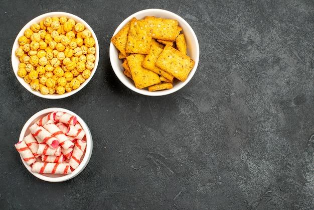 Vista dall'alto diverse caramelle con patatine