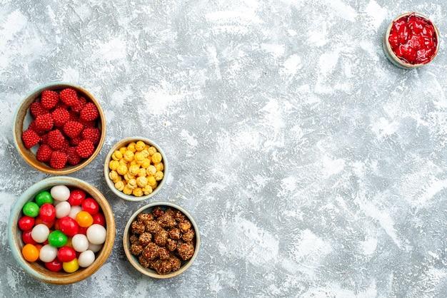 上面図白いスペースにナッツとコンフィチュールが付いたさまざまなキャンディー