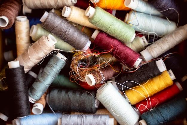 異なる色の糸の上面図