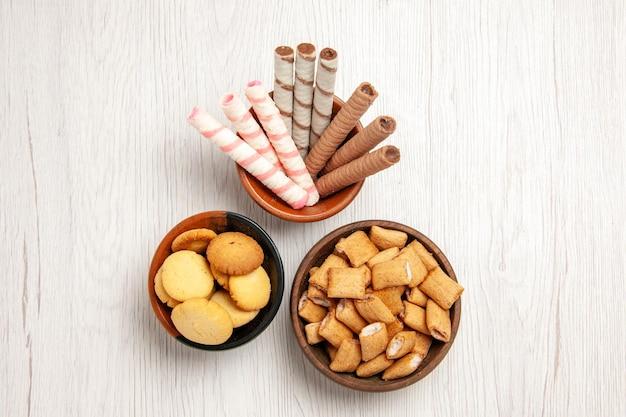上面図白い机の上のさまざまなクッキーシュガービスケット甘いクッキー