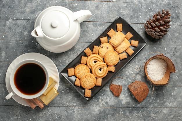 회색 소박한 표면 비스킷 케이크 파이 설탕 달콤한 쿠키에 차 한잔과 함께 상위 뷰 다른 쿠키