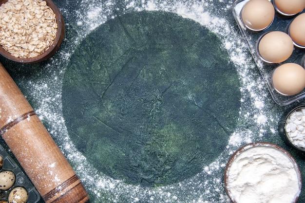 上面図紺色の表面に白い小麦粉と卵のさまざまな生地成分
