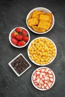 上面図さまざまな食事クラッカーフルーツとキャンディー