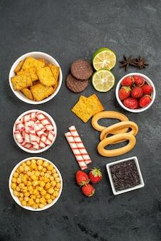 Vista dall'alto diversi mangimi cracker frutta e caramelle