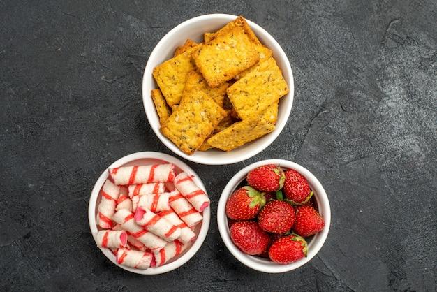 上面図さまざまな食事ポテトチップスの果物とキャンディー
