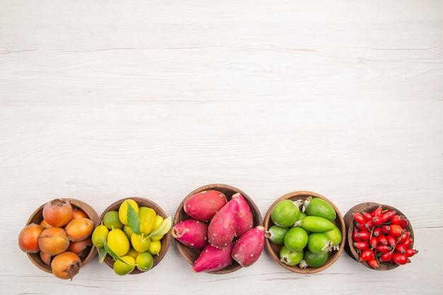 흰색 책상 이국적인 열대 익은 다이어트 색상 건강한 생활에 접시 안에 상위 뷰 다른 신선한 과일